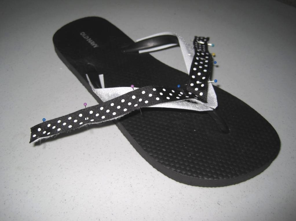 58df395a6 I added a little loop on my flip flops because I love the black and white  polka dot. I wanted to use it with many different accessories.