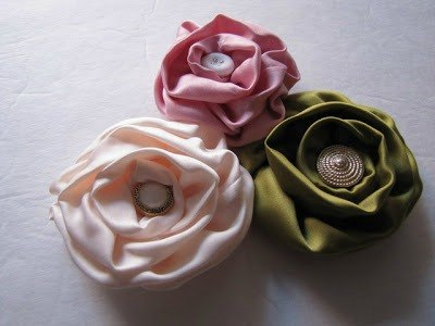 French Twist Flower Headband - this tutorial only uses glue and pre-made flowers! Gorgeous! {The Ribbon Retreat Blog}