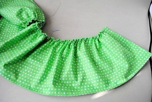 Ruffle Apron Tutorial - Super cute and great for beginner sewers! {The Ribbon Retreat Blog}